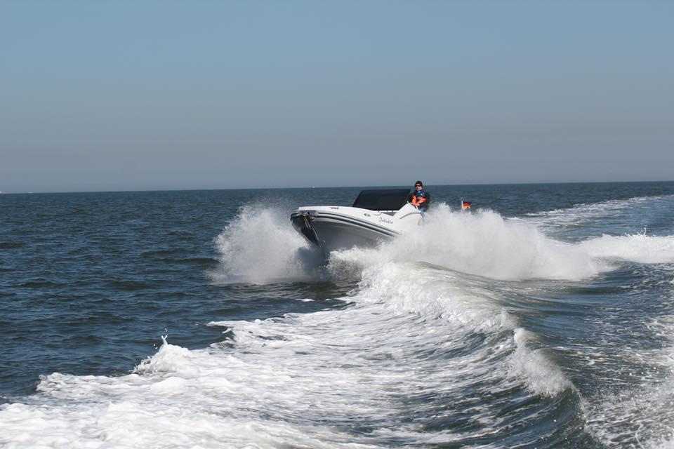 ZAr 85 SL schneidet eine Welle der Nordsee