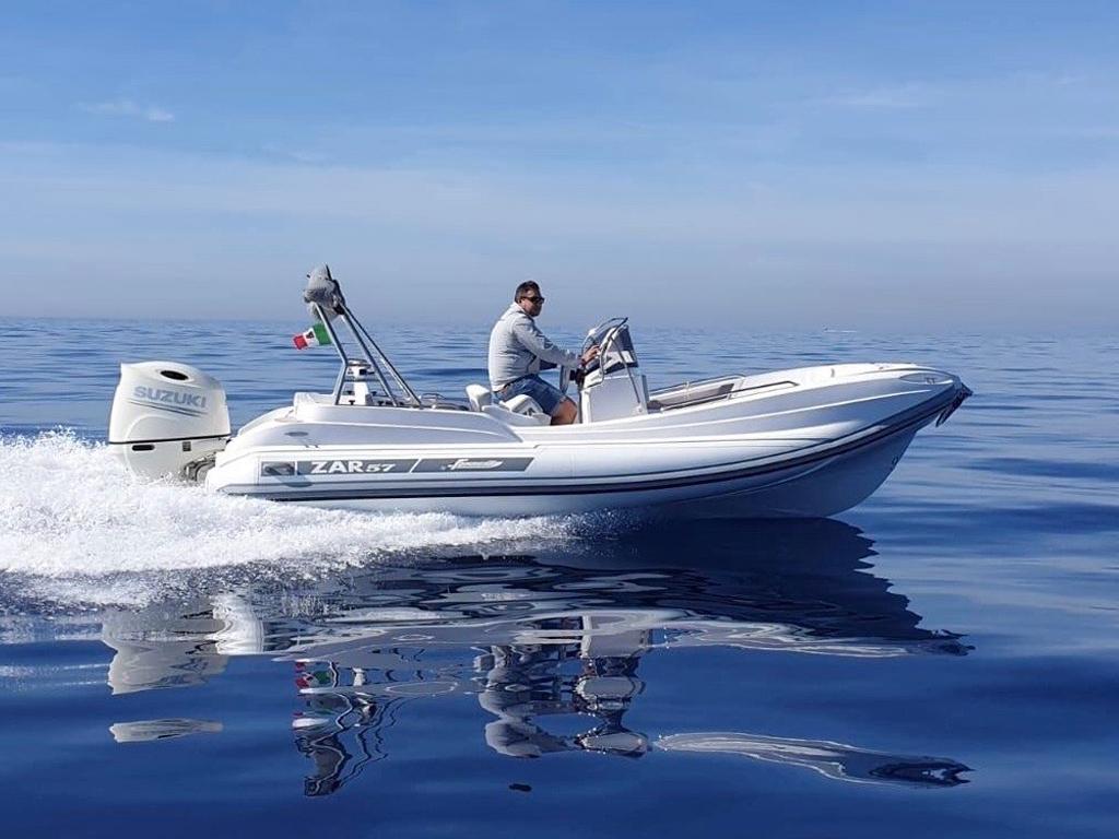 ZAR 57 WD in seitlicher Ansicht auf dem Wasser